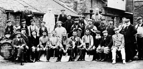 As this photo from 1903 shows, not much has changed at the Glenlivet Distillery. Apart from the buildings, the layout, the equipment, the number of staff, the materials used, the production process and the flavour of the whisky. Apart form that it's pretty much the same as it's always been.